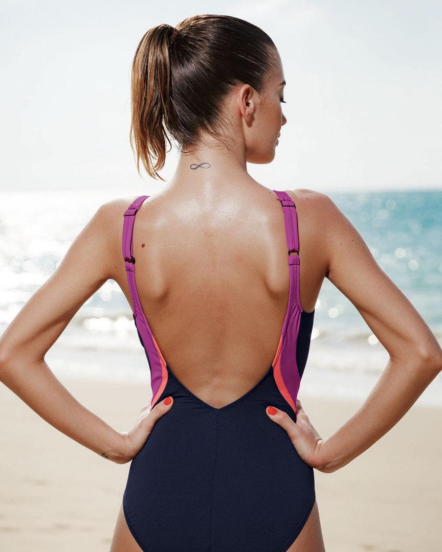 ehefrau verleihen string am strand